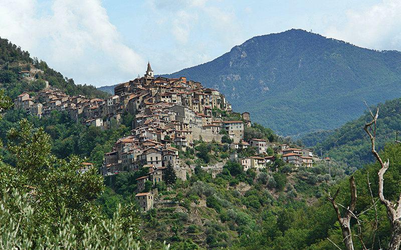 Uitzicht vanaf een pittoresk vakantiebestemming Apricale