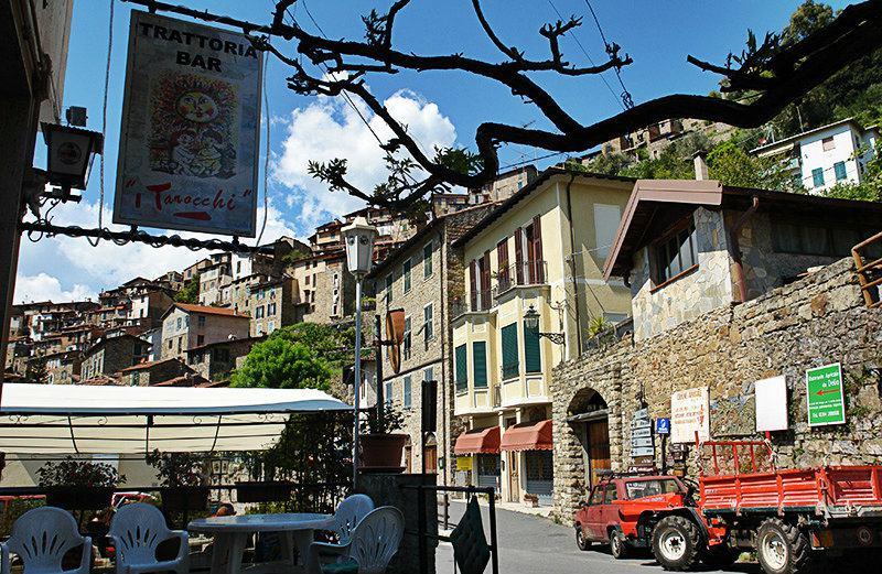 Een mooie straat in Apricale