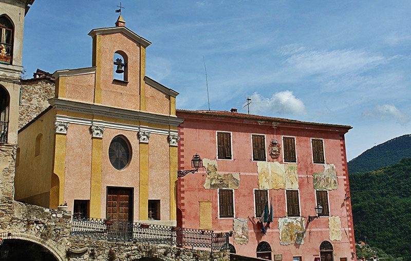 Het mooie centrum van de stad met een kerk in Apricale