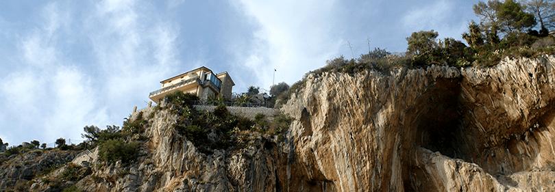 Een oog op de grotten van Balzi Rossi in Italië