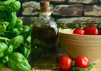 Basilicum, olijfolie en tomaten