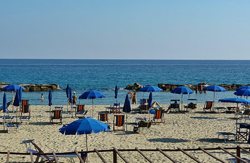 Zon stoelen in het zandstrand van Arma di Taggia
