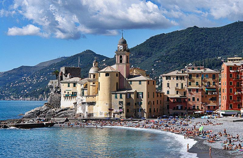 Een mooie mening van Camogli en het strand