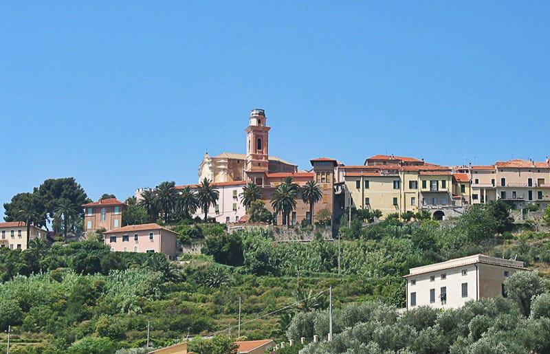 Een prachtig uitzicht over de oude stad van Diano Castello