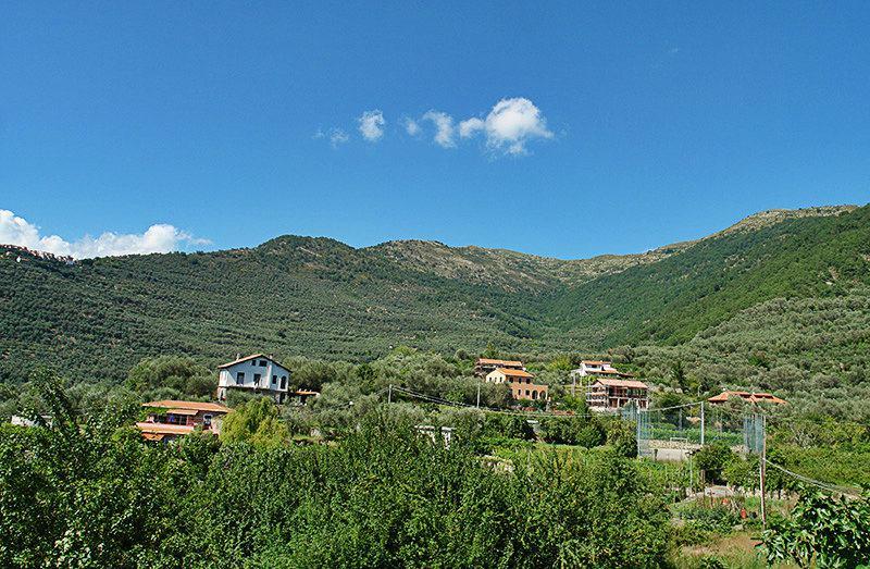 Gezicht op een mooie dorp Gazzelli in Ligurië