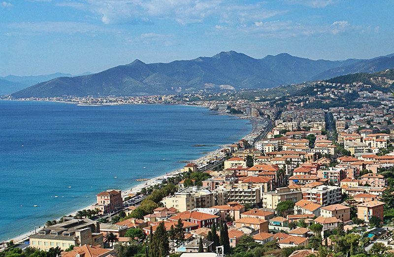 Adembenemend panoramisch uitzicht vanaf Borgio Verezzi in Ligurië