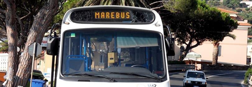 Een bus die zich in Diano Marina en wachten voor passagiers te gaan op een bus tour