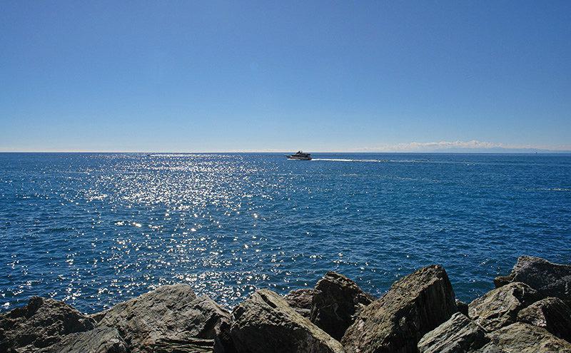 Gezicht op een helder blauwe zee in Camogli