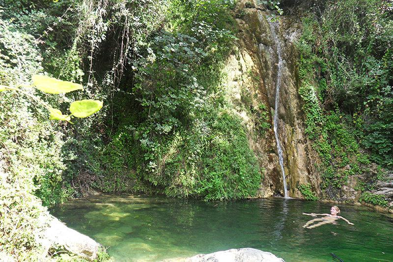 Een rivier met een waterval in Diano Roncagli