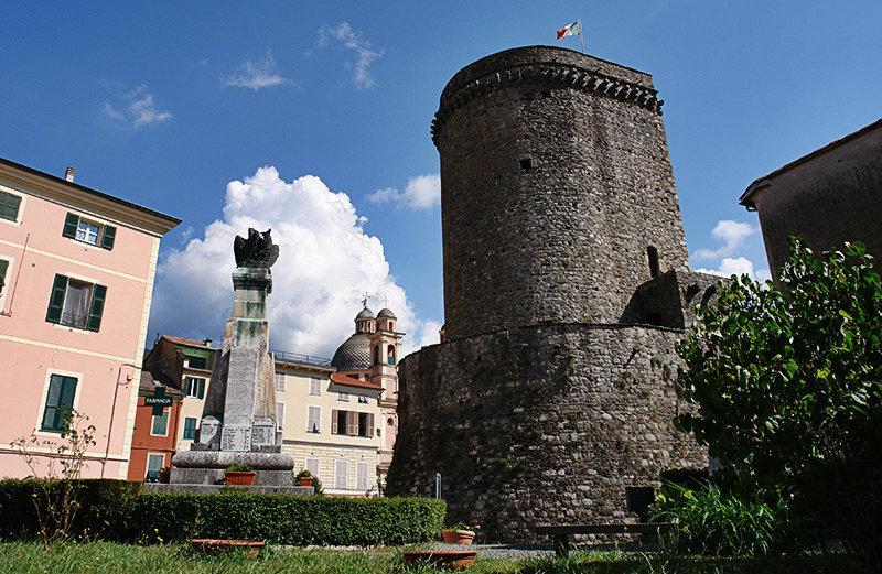 Uitzicht vanaf Castello di Varese Ligure en het centrum van de stad