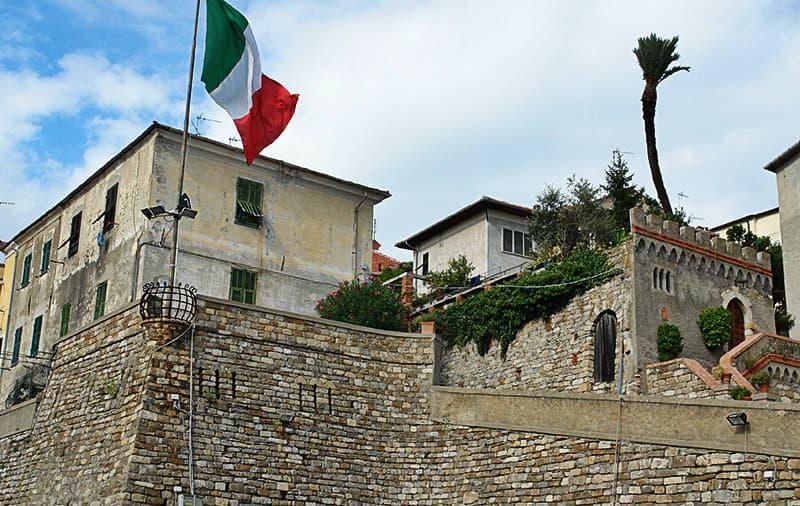 Italiaanse vlag in Diano Castello