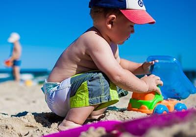 Een jongen speelt in de Ligurische strand