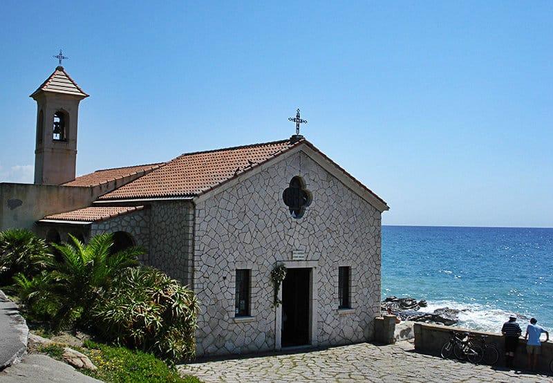 Een kleine kerk in Bordighera direct aan zee