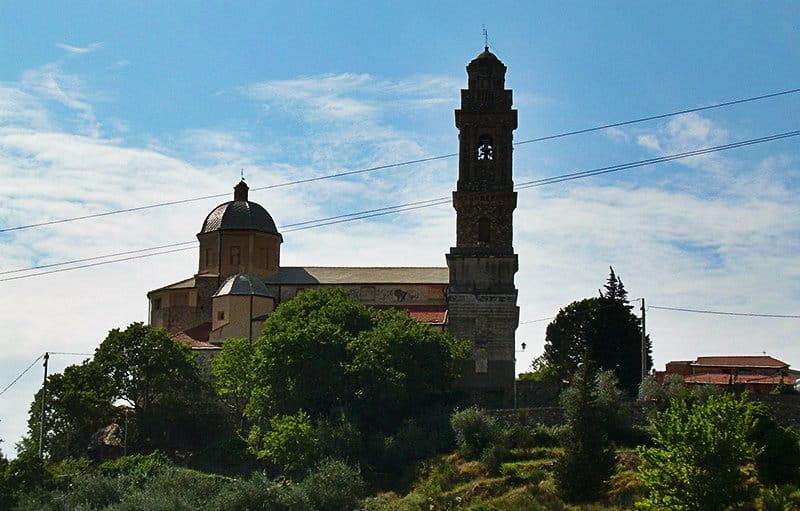 Een prachtig uitzicht over de oude stad van Diano Arentino