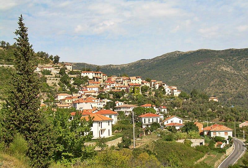 Een mooi huis in Diano Arentino met een tuin