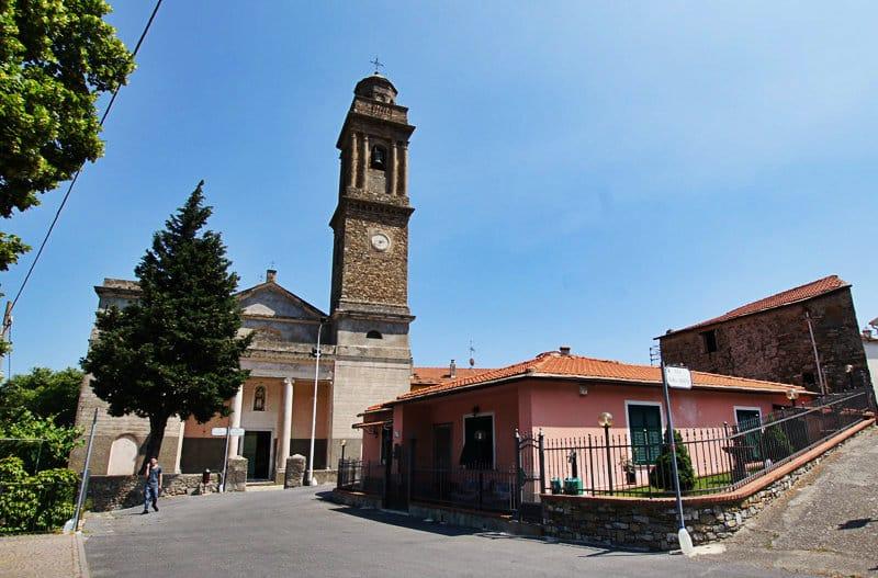 Een mooie centrum van de stad met een kerk van Diano Arentino in Ligurië