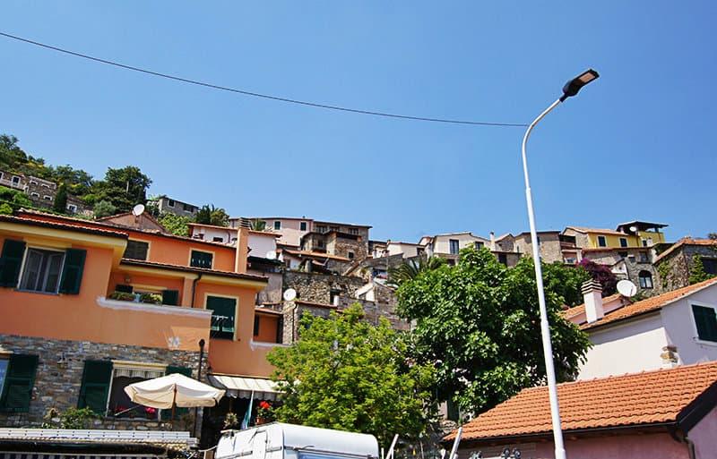 Een prachtig uitzicht over de huizen in Diano Arentino