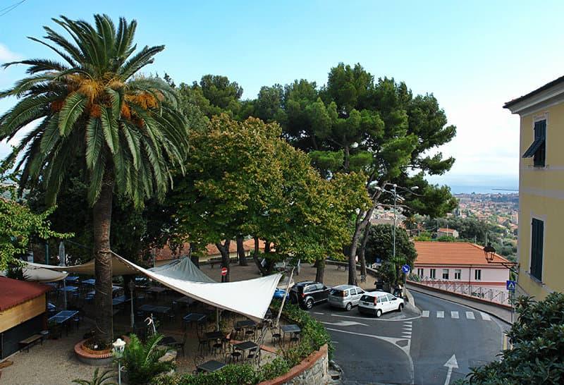 Een zicht op het centrum van Diano Castello