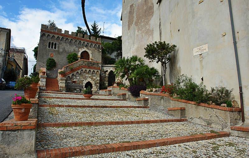 Trap naar een kerk in Diano Castello
