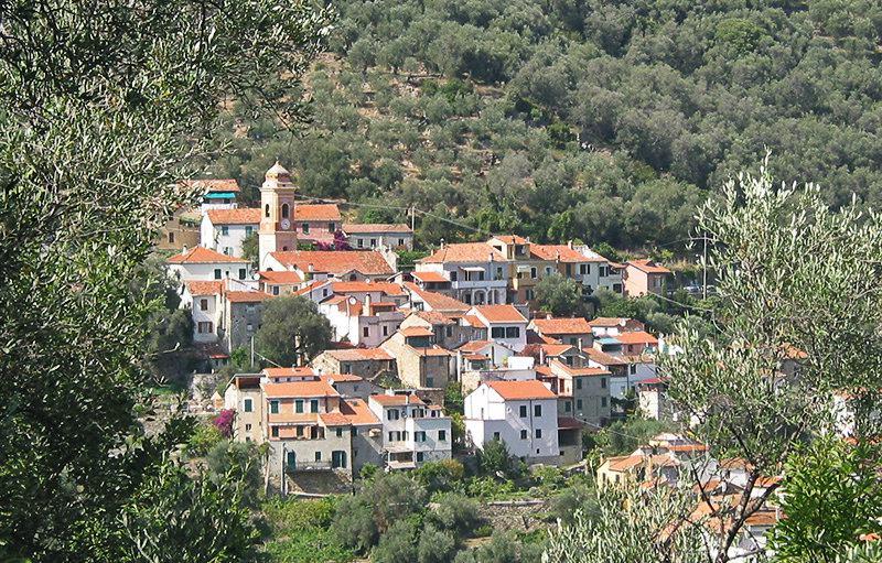 Gezicht op een mooie dorp Diano Roncagli