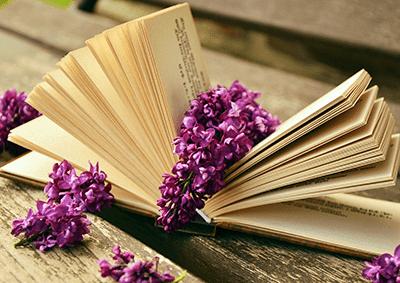 Een boek met verse bloemen op de top