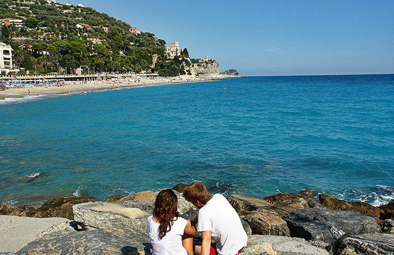Een paar genieten van het uitzicht van Castel Gavone in Finale Ligure