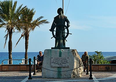 Standbeeld die Vissers eert in Finale Ligure