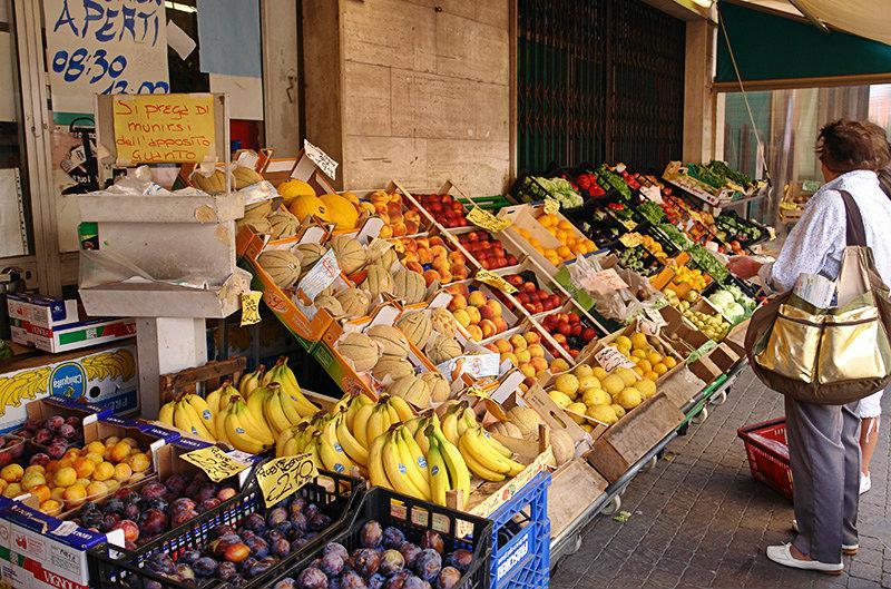 Een markt met verse groenten en fruit in Pietra Ligure