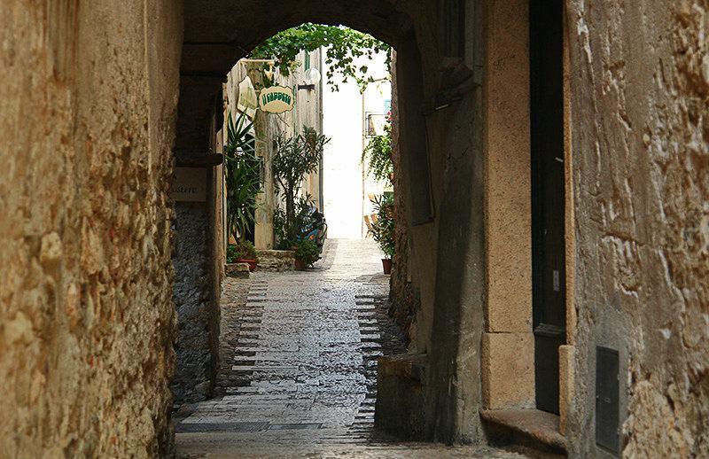 Romantische straat in Borgio Verezzi, Ligurië