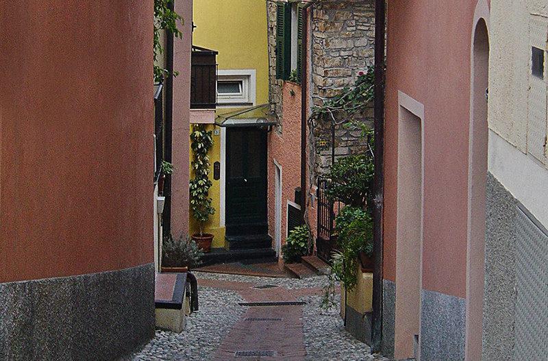 Een romantische straat in Diano Gorleri