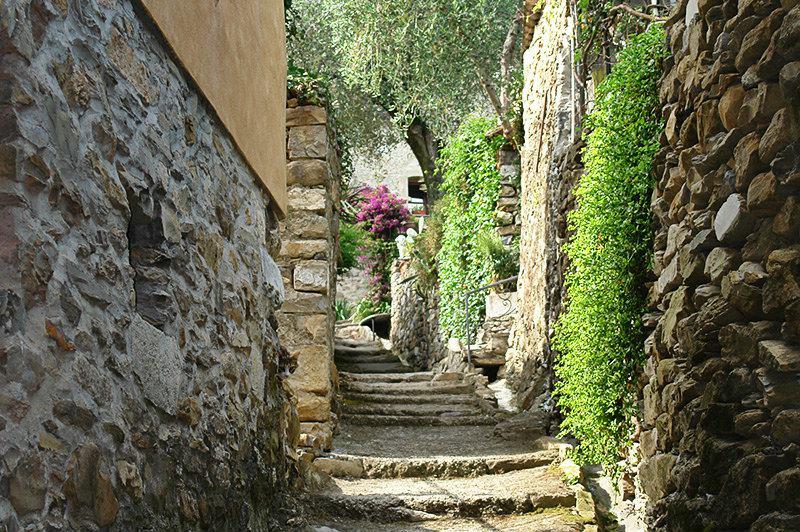 Een romantische straat in Diano Roncagli