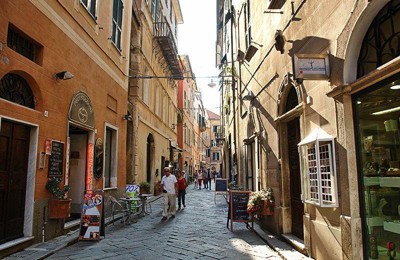 Een romantische straat in Finale Ligure