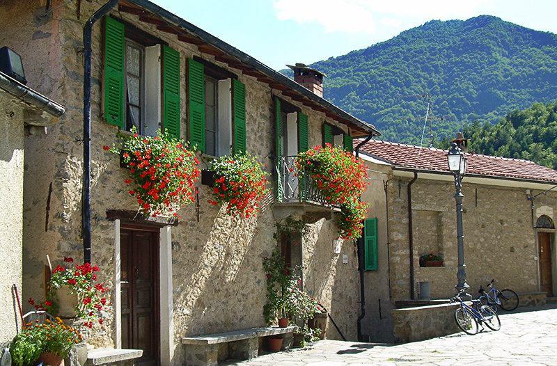 Een romantische straat in Mendatica