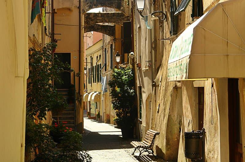 Een romantische straat van Santo Stefano al Mare