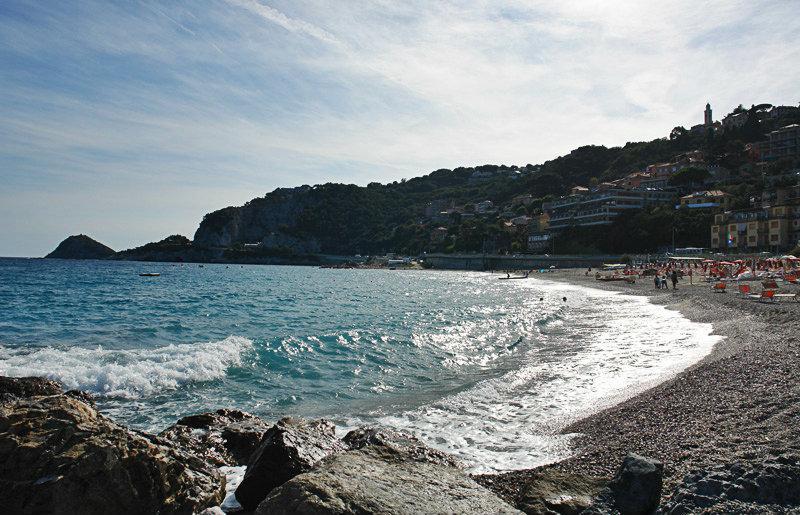 Zandstrand en de zee van Bergeggi