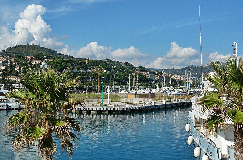 Een mooie haven van Imperia, Porto Maurizio met palmbomen