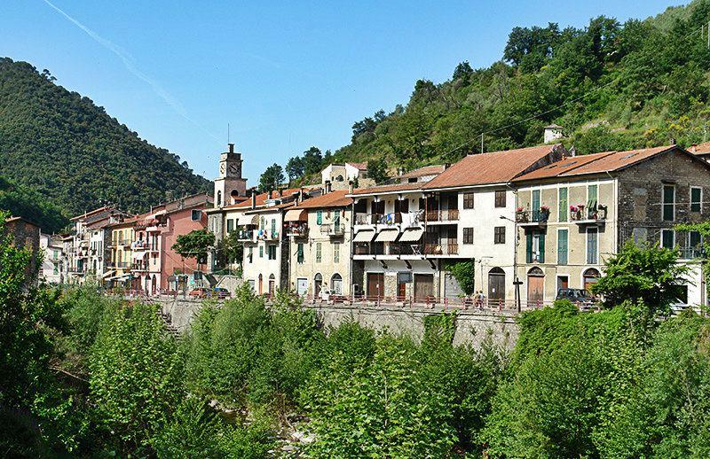 Een mooie mening van huizen in Isolabona