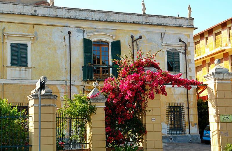 Bloemen naast een huis in San Bartolomeo al Mare