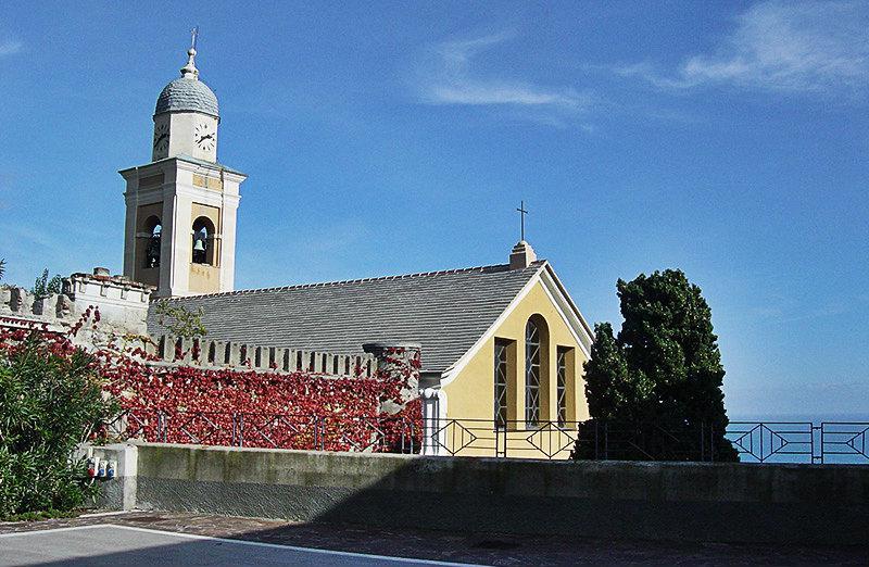 Een prachtige kerk in Bergeggi naast de zee