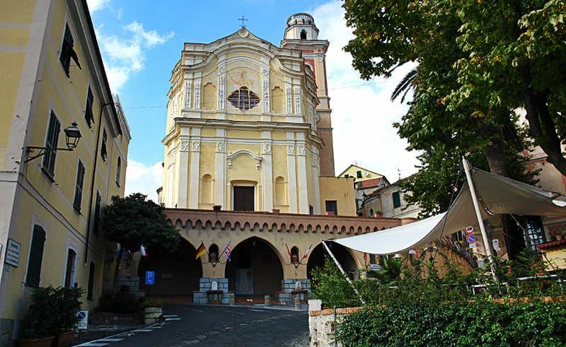 Een mooie kerk in Diano Castello, Ligurië