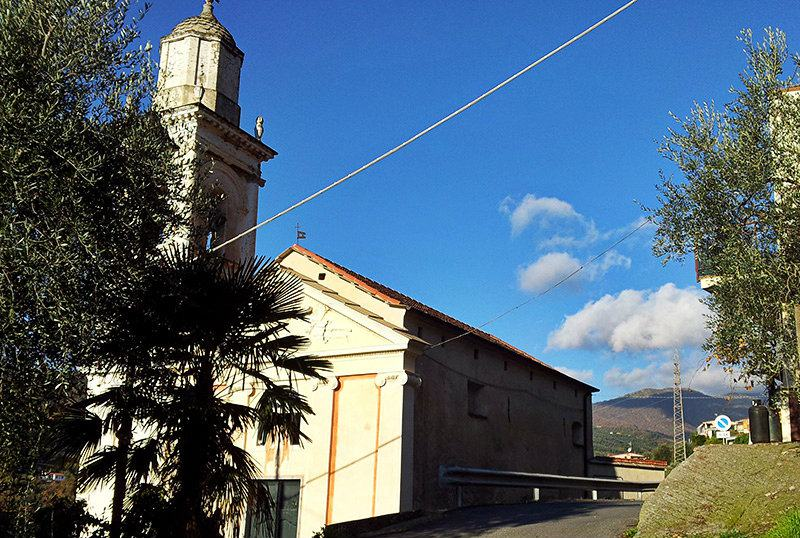 Gezicht op een kerk in Moltedo, Ligurië