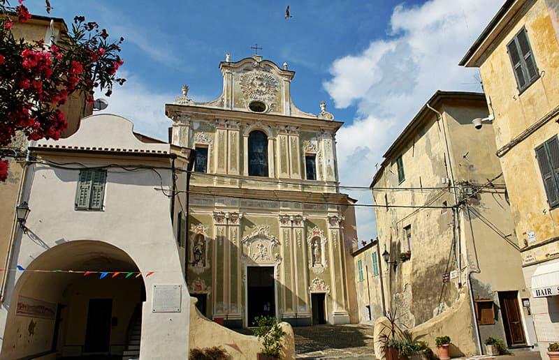 Een kerk in Riva Ligure