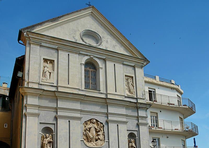 Een kerk in Santo Stefano al Mare