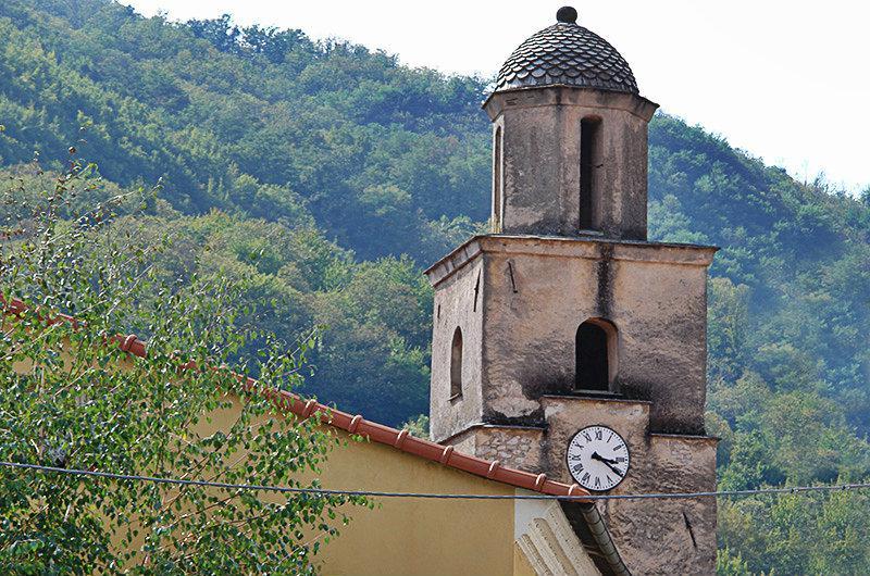 Een kerktoren in Varese Ligure