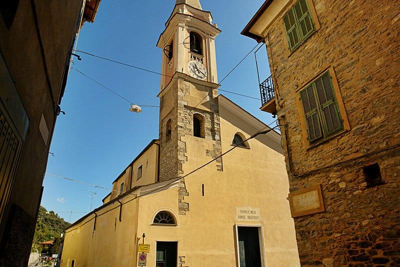 Een mooie kerk in Vessalico, Ligurië