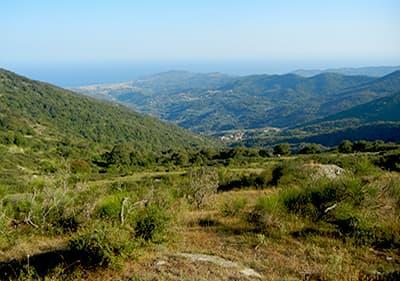 Uitzicht vanaf een berg naar de zee in Ligurië