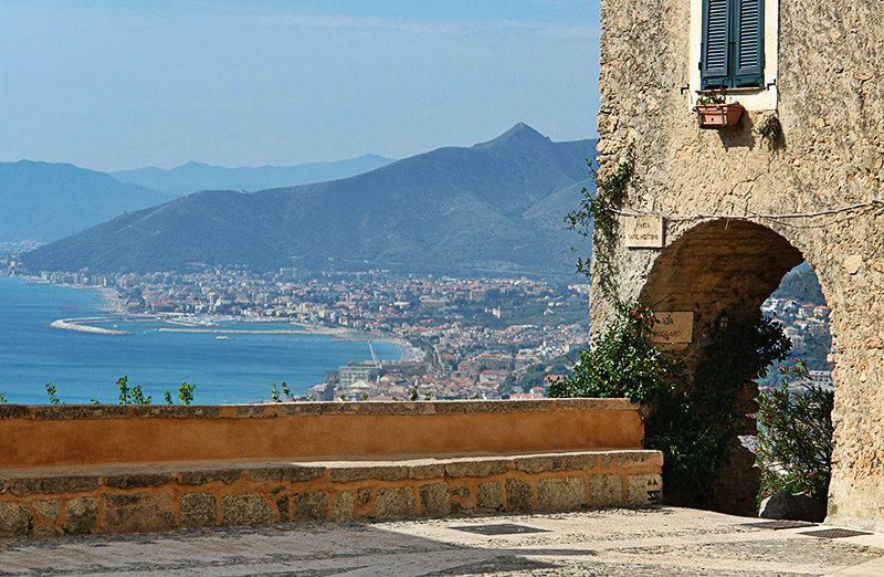 Fantastisch uitzicht op zee van het Piazza Sant'Agostino in Borgio Verezzi