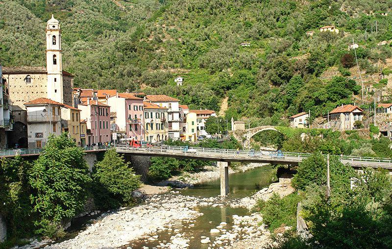 Een romantische brug van Molini di Triora in Argentina Vallei