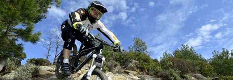 Een man is fietsen met zijn mountainbike in Ligurië
