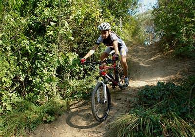 Een man rijdt op een mountainbike in Diano Marina